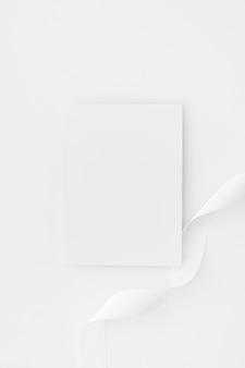 Tarjetas de visita en blanco aisladas sobre fondo blanco
