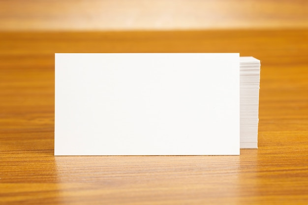 Tarjetas de visita en blanco bloqueadas en la pila de 3.5 x 2 pulgadas de tamaño