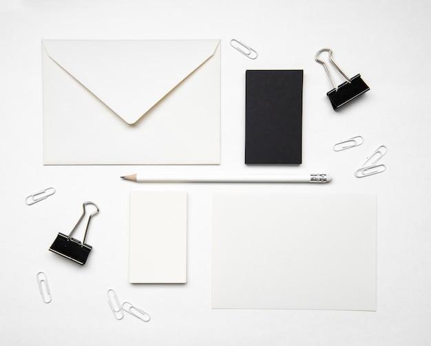 Tarjetas de visita en blanco y negro de dos colores