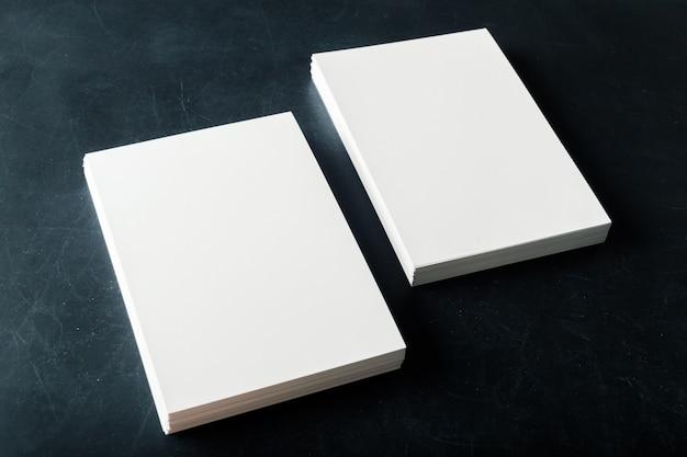 Tarjetas de visita en blanco de papel con respaldo en la pila