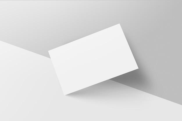 Tarjetas de visita en blanco sobre fondo gris. maqueta para marcar la identidad.