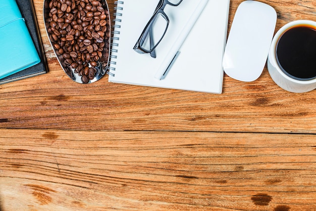 Tarjetas de visita en blanco y taza de café en la mesa de madera. corporativa de marca estacionaria simular.