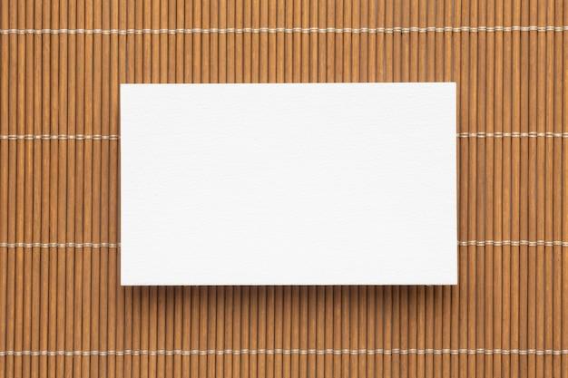 Tarjetas de visita de espacio de copia corporativa en blanco sobre fondo marrón