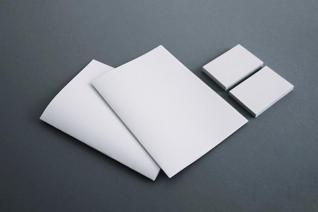 Tarjetas de visita y folletos
