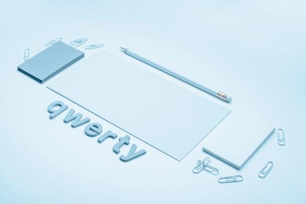 Tarjetas de visita minimalistas y alta vista de palabra qwerty