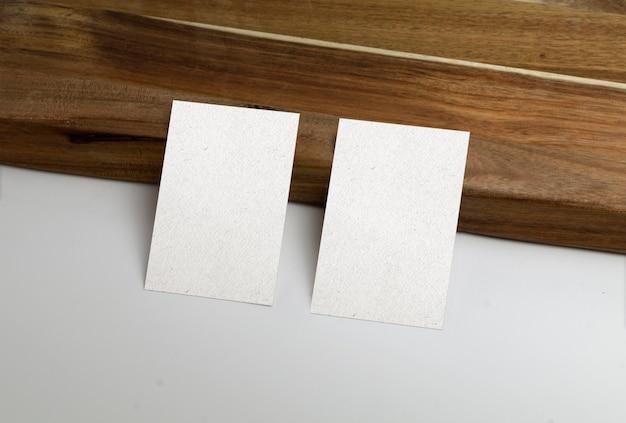 Tarjetas de visita con superficie de madera