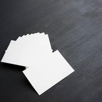 Tarjetas de vista tiradas en el escritorio