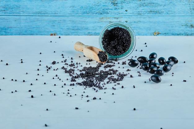 Un tarro de caviar sobre un fondo azul.