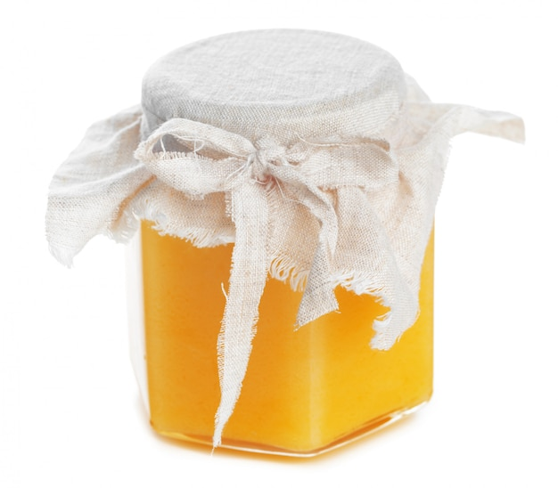 Tarro de cristal con dulce miel aislado