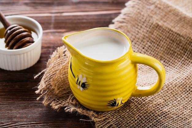 Tarro de leche con miel