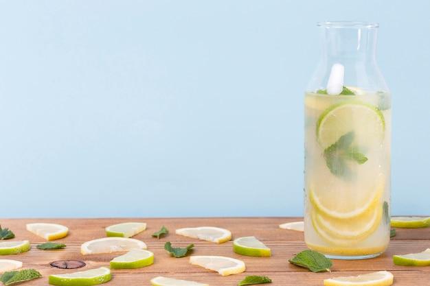 Tarro con limonada fresca