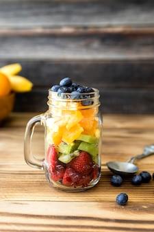 Tarro lleno de rodajas de fruta