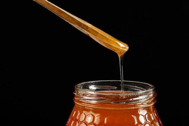 Tarro de miel con cuchara de madera
