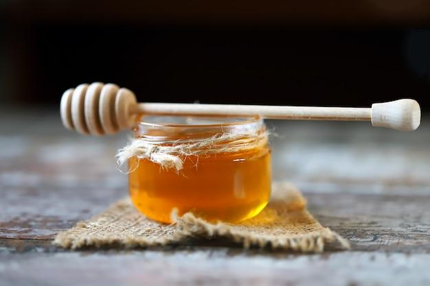 Tarro de miel y un cucharón para miel.