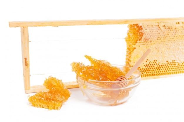 Tarro de miel y palo aislado en blanco