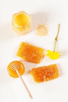 Tarro de miel y palo aislados