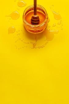 Tarro con miel sobre la mesa con espacio de copia