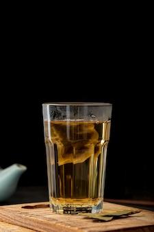 Tarro de té verde en un plato de madera