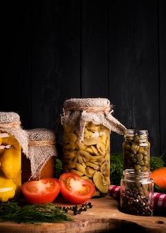 Tarros con arreglo de comida en conserva