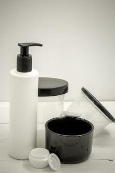 Tarros para cosméticos closeup en blanco, concepto de belleza y cuidado