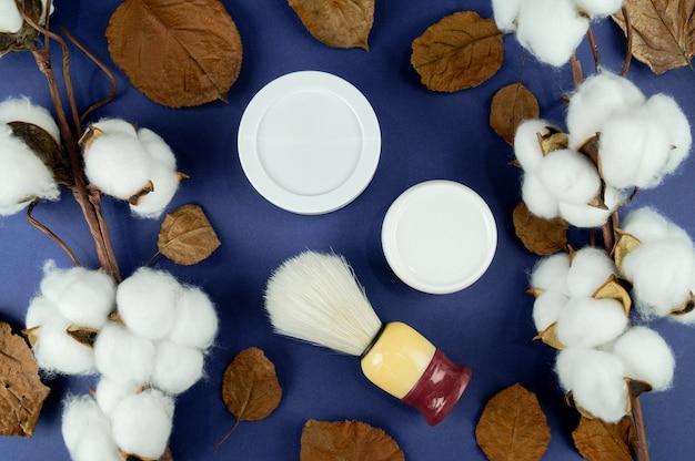 Tarros de crema, algodón y hojas. un indicador del producto natural.