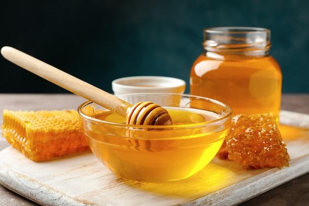 Tarros de miel y cucharón de panales