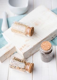Tarros minimalistas llenos de semillas trituradas alta vista