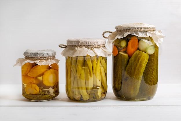 Tarros de verduras en escabeche