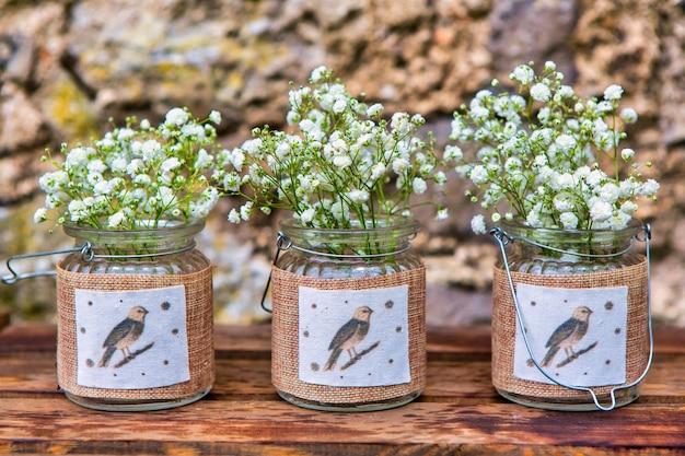 Tarros vintage decorados con flores de gypsophila en piedra