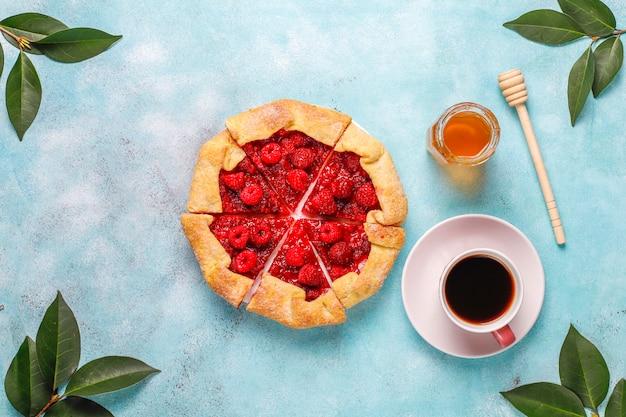 Tarta abierta, galette de frambuesa. postre de bayas de verano.