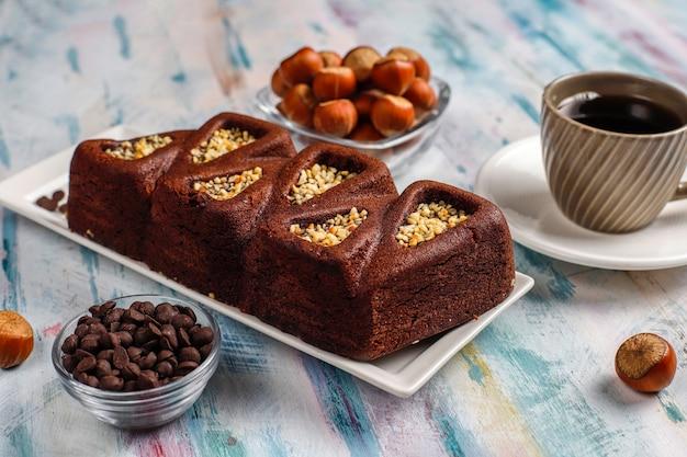 Tarta de brownie en rodajas con avellanas.