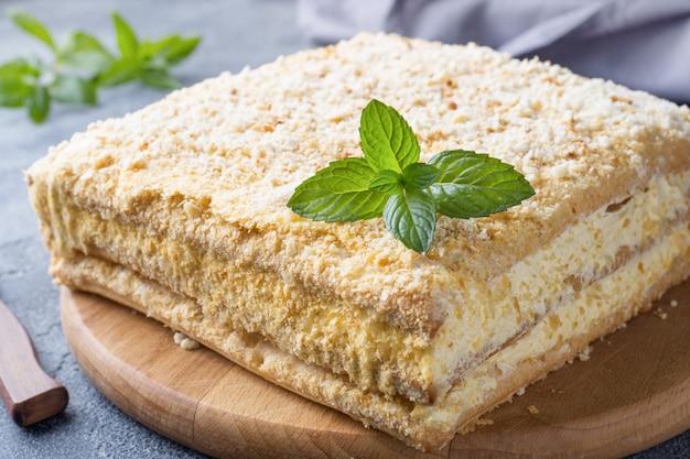 Tarta en capas con crema de milhojas napoleón rebanada de vainilla con menta