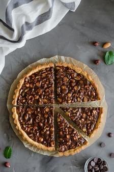 Tarta con caramelo de chocolate, avellanas, maní, almendras y mezcla de semillas