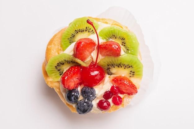Tarta casera con crema y frutas aisladas