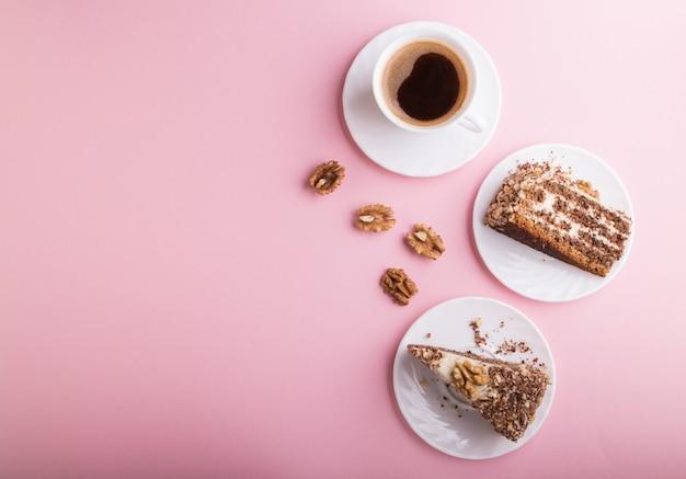 Tarta casera con crema de leche y nueces con taza de café en rosa