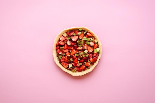 Tarta casera con fresas y ruibarbos