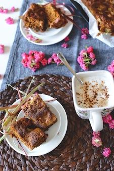 Tarta casera hinchada suave con ruibarbo