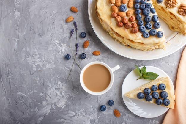 Tarta casera de napoleón en capas con crema de leche