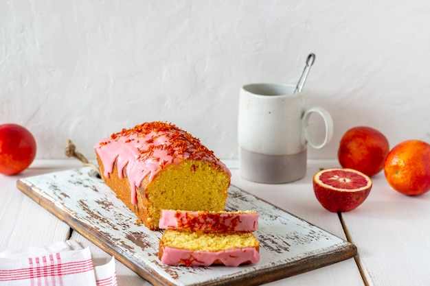 Tarta casera de naranja sobre una mesa de madera. naranjas rojas recetas. pasteles