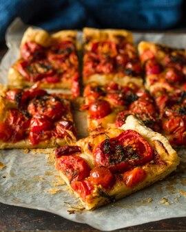 Tarta casera de tomates cherry en el papel de hornear