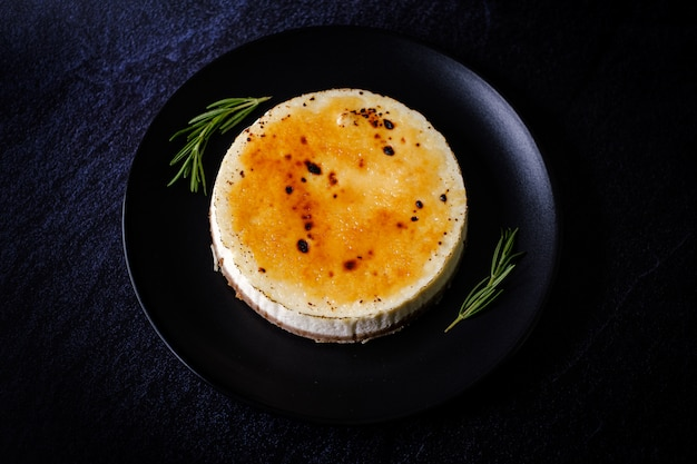 Tarta de cazuela de creme brule de queso de queso cottage