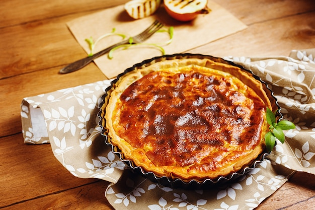 Tarta de cebolla o tarta servida con cebolla asada
