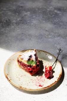Tarta de cerezas en superficie gris. tarta con bayas frescas.
