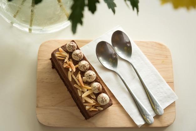 Tarta de chocolate con almendras y crema