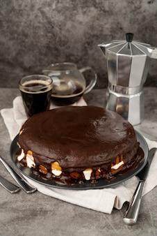 Tarta de chocolate con café recién hecho
