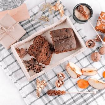 Tarta de chocolate con cajas de regalo en mesa