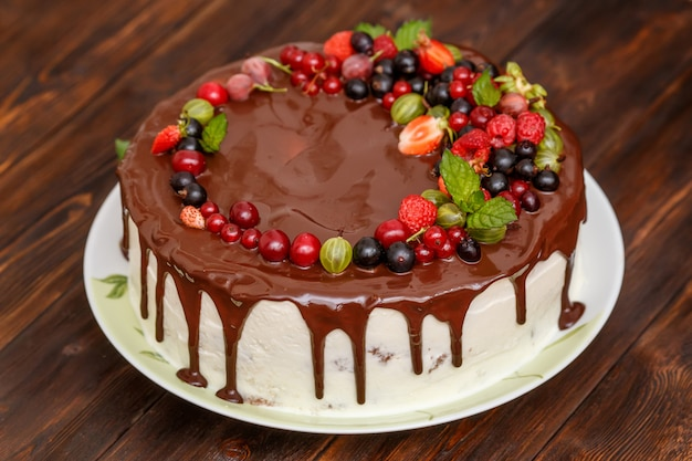 Tarta de chocolate casera moderna con bayas frescas