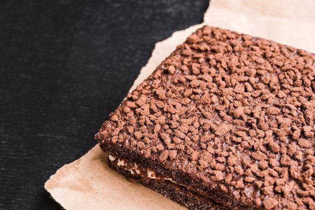 Tarta de chocolate casera en papel artesanal.