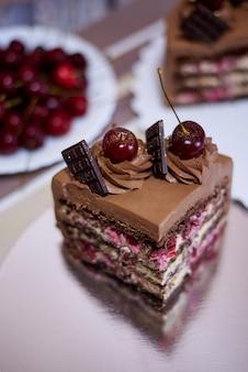 Tarta de chocolate con cereza