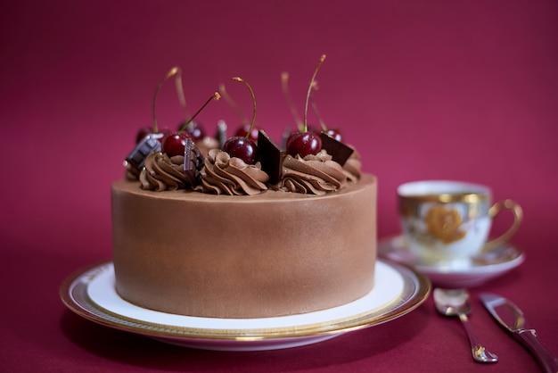 Tarta de chocolate con cerezas